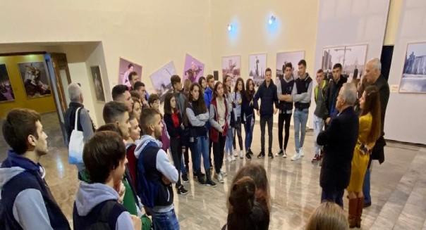 """Gjimazistë në sallën e Teatrit Kombetar, duke ndjekur """"Notre Drame de Tiran"""" te Avni Delvinës"""