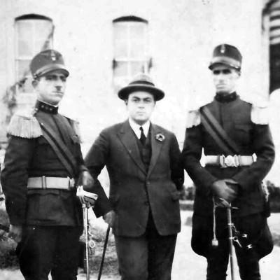 Nënprefekti i Lushnjes, Et'hem Haxhiademi, në mes të dy xhandarëve lushnjarë, 1 shtator 1928.