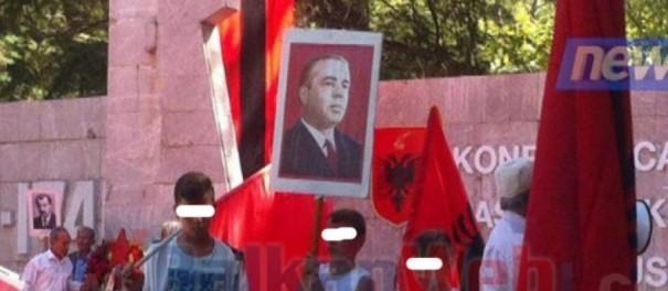 Fëmijët me simbole të Diktaturës