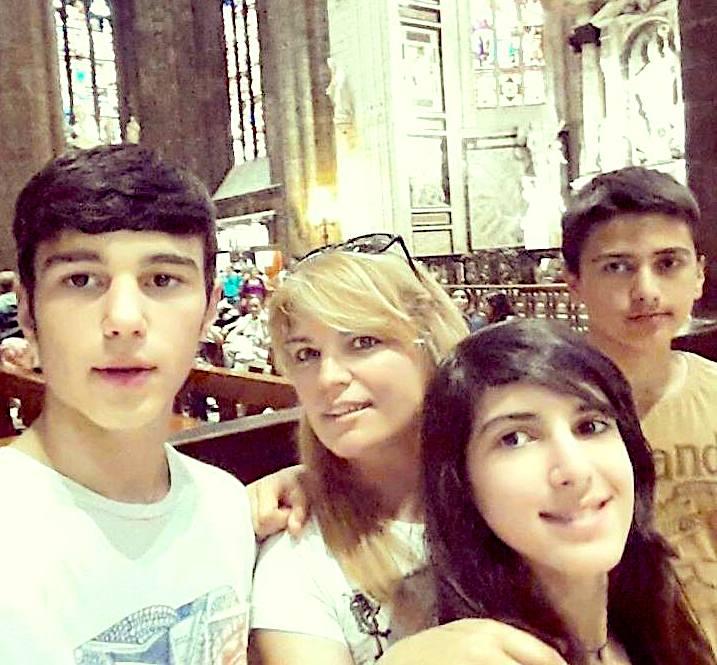 Nevila dhe 3 fëmijët e saj...
