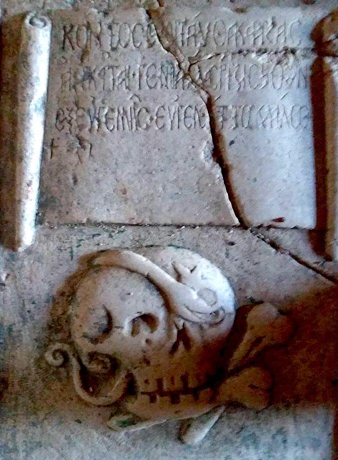Simbolet mbi varrin ne Zvernec
