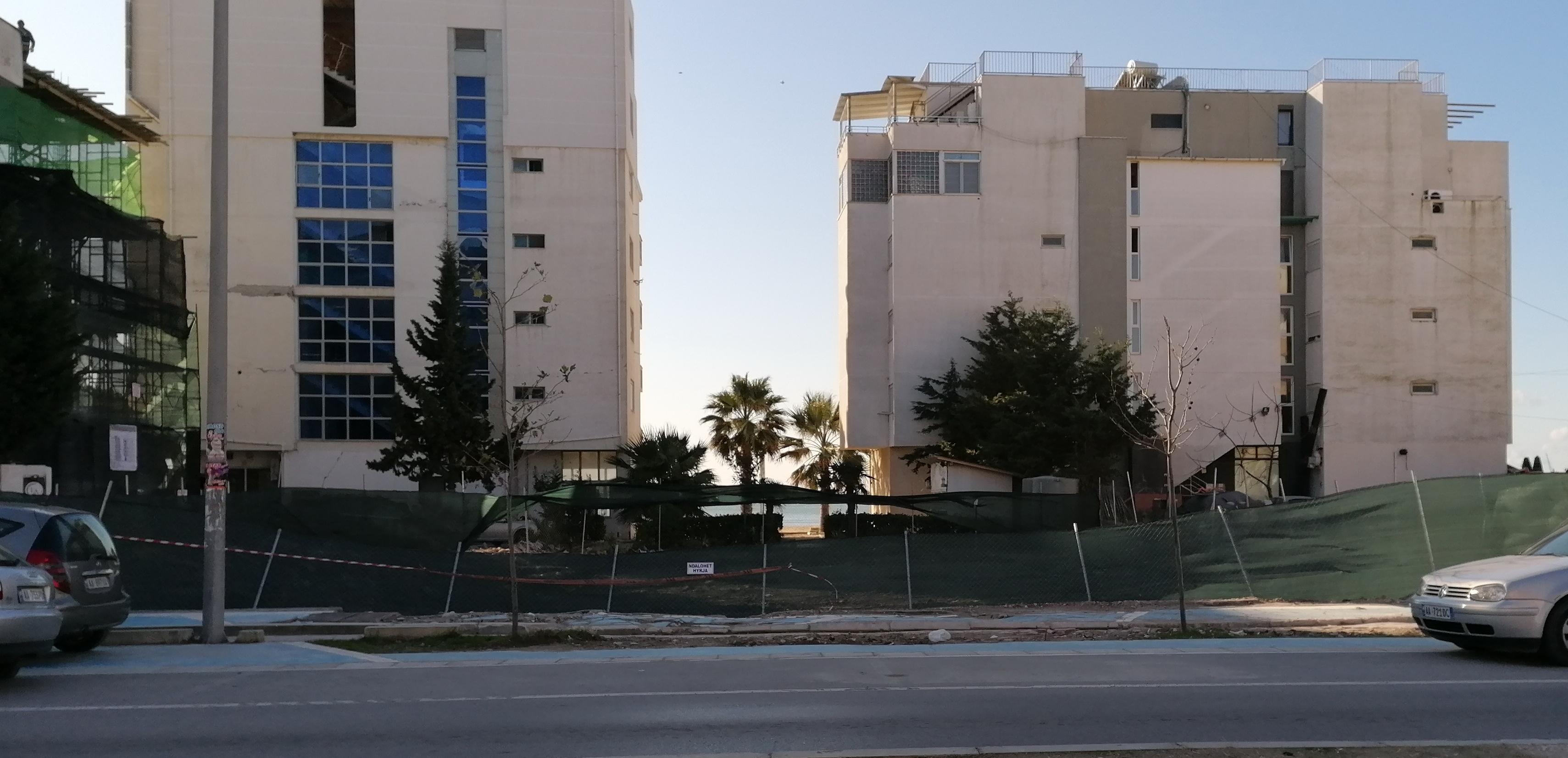 Pas këtij gardhi të gjelbërt gjendej Hotel Miramare