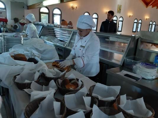 Përgatitja nga personeli i Adriatik Hotel i vaktit në Manastirin e Shënvlashit
