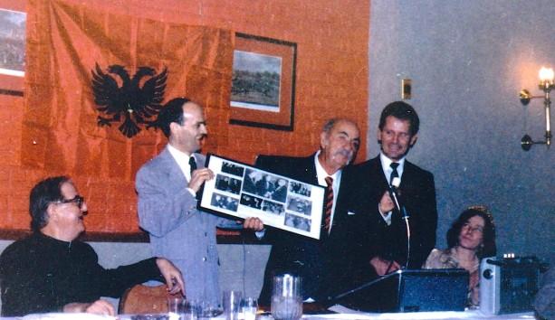 Idriz Lamaj duke i dorëzuar një dhuratë simbolike Vasil Gërmenjit me rastin e daljes së tij në pension, 28 Nëntor 1973.