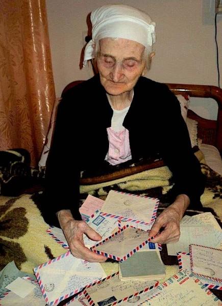 Hatixhe Shehaj, e verbër e në pleqëri të thelle (u nda nga jeta 103 vjeçe) me letrat e të shoqit ndër duar...