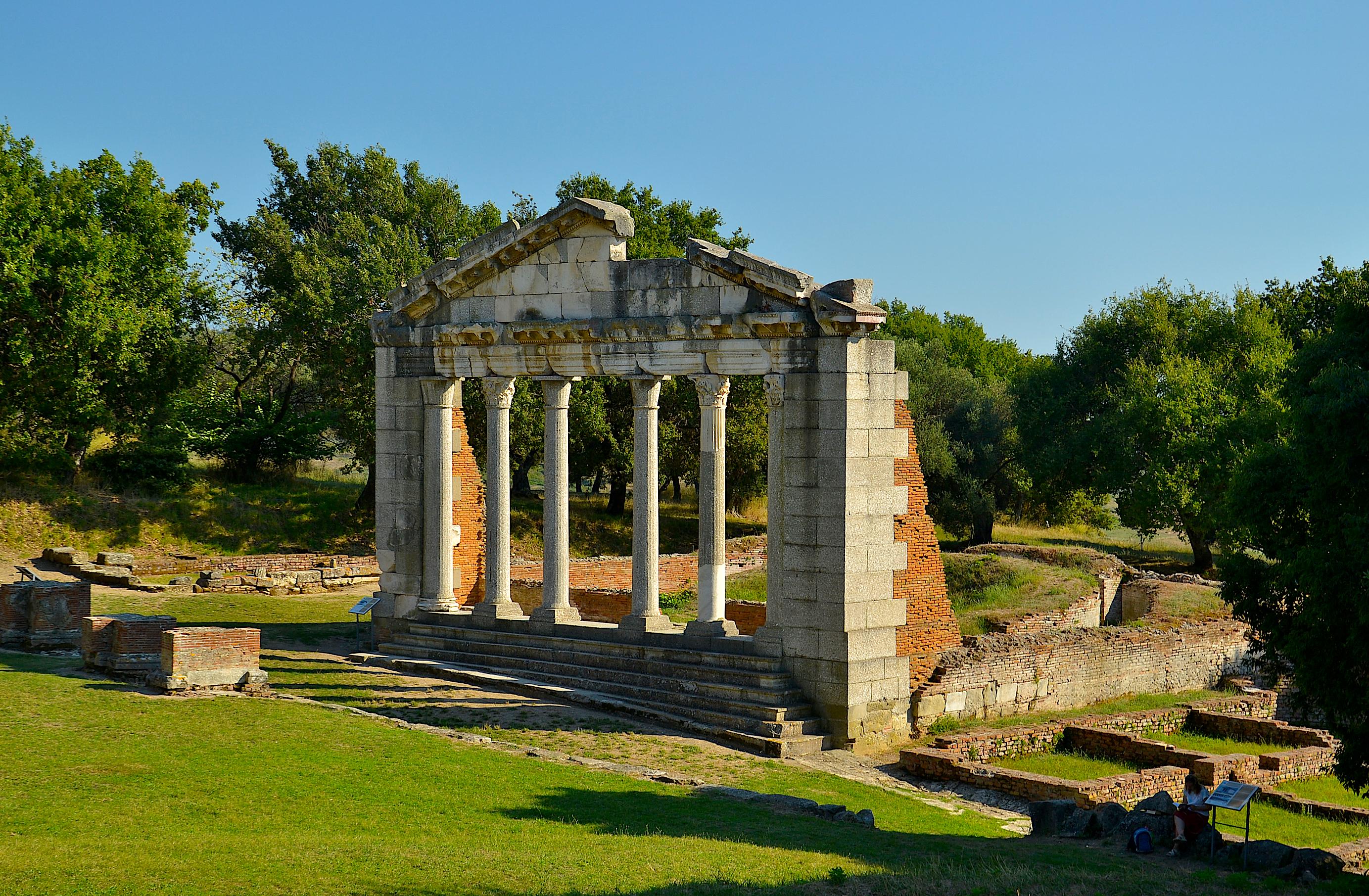 """Fasada e rindërtuar e tempullit të Artemises në Apolloni,  pagëzuar nga Leon Rei """"Monumenti i Agonotetëve"""""""