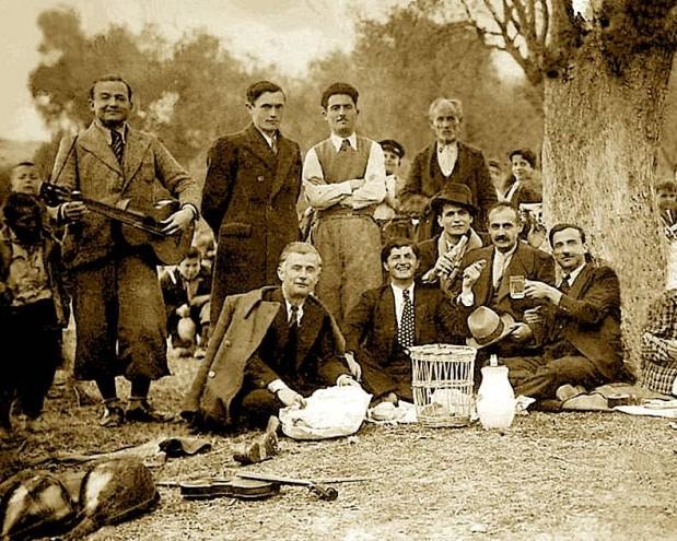 Grup burrash, në piknikun e Ditës së Verës te Rrapi i Mansit Elbasan. Krahas veglave muzikore për t'u argëtuar, kanë marre dhe koshin e mbeturinave, për të mos ndotur mjedisin. (Foto: Azmi Bumçi 1947)