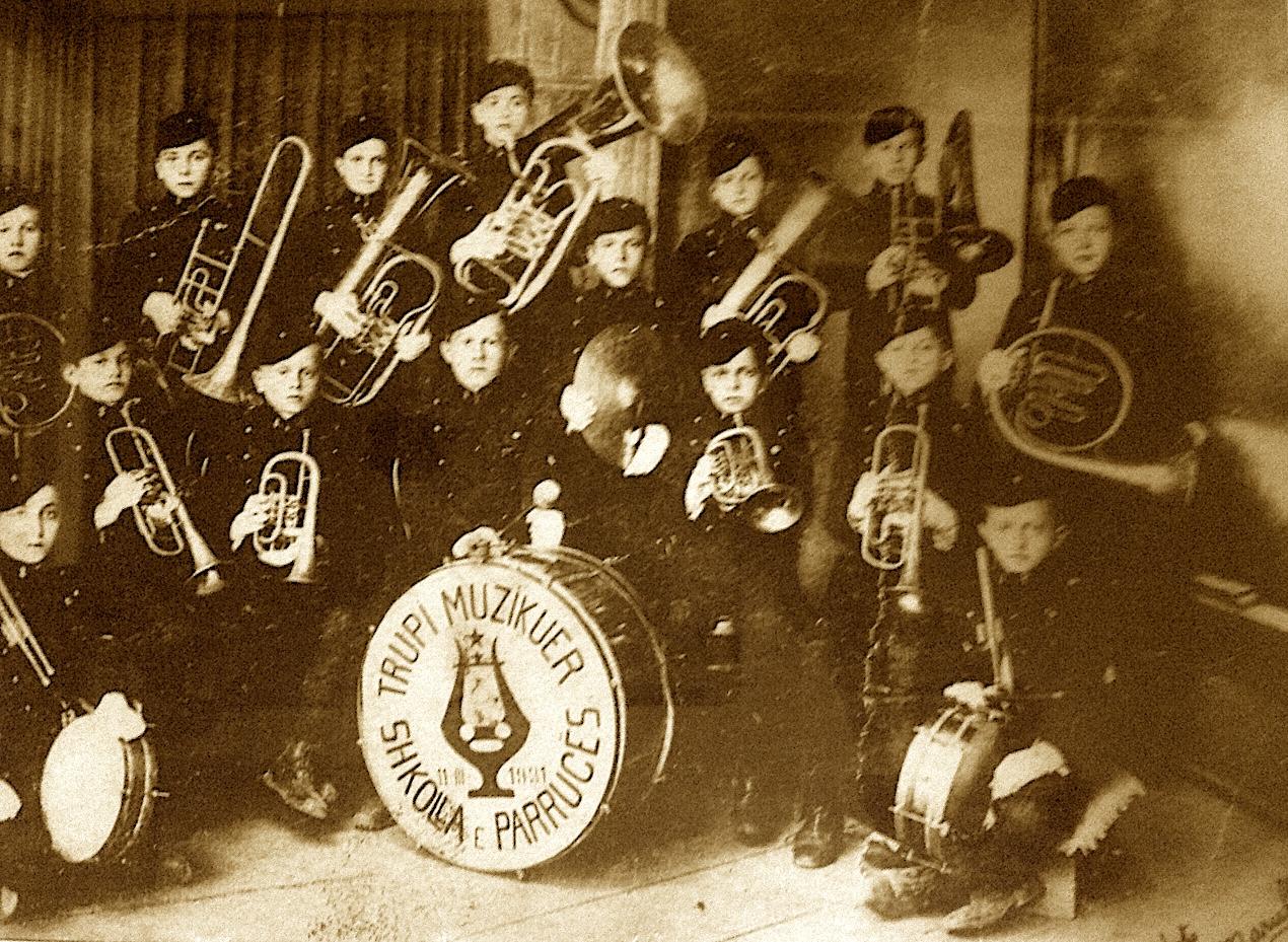 Trupi Muzikuer shkolla e Parrucës themeluar nga Sheuqet Muka