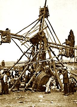 Karuzeli për argëtimin e fëmijëve në festën Dita e Verës në Elbasan. Fotografi e vitit 1924 nga Merl La Voy (National Geographic)