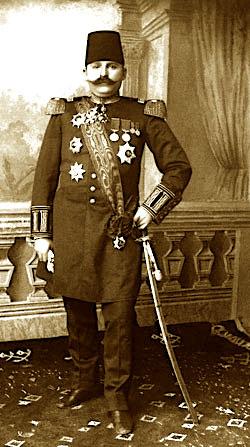 Prenga me shpatën e argjendtë dhurua të atit nga Napoleoni III i Francës. (kjo shpatë më vonë Enver Hoxha ia dhuroi Hrushovit me rastin e vizitës së tij në Shqipëri)