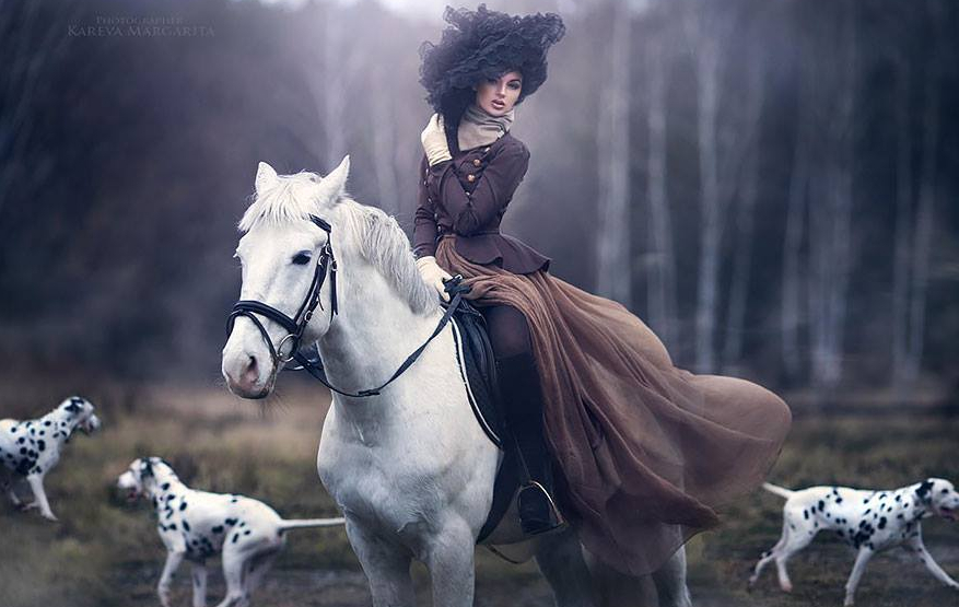 Gruaja me kale e qen dalmatine