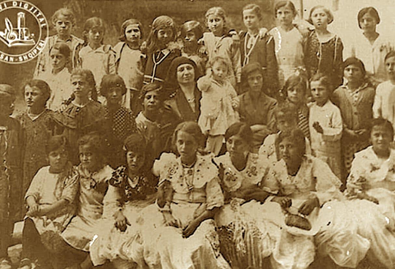 Viti 1932 - mësuesja Shefikat Sefa në qendër mes nxënësve