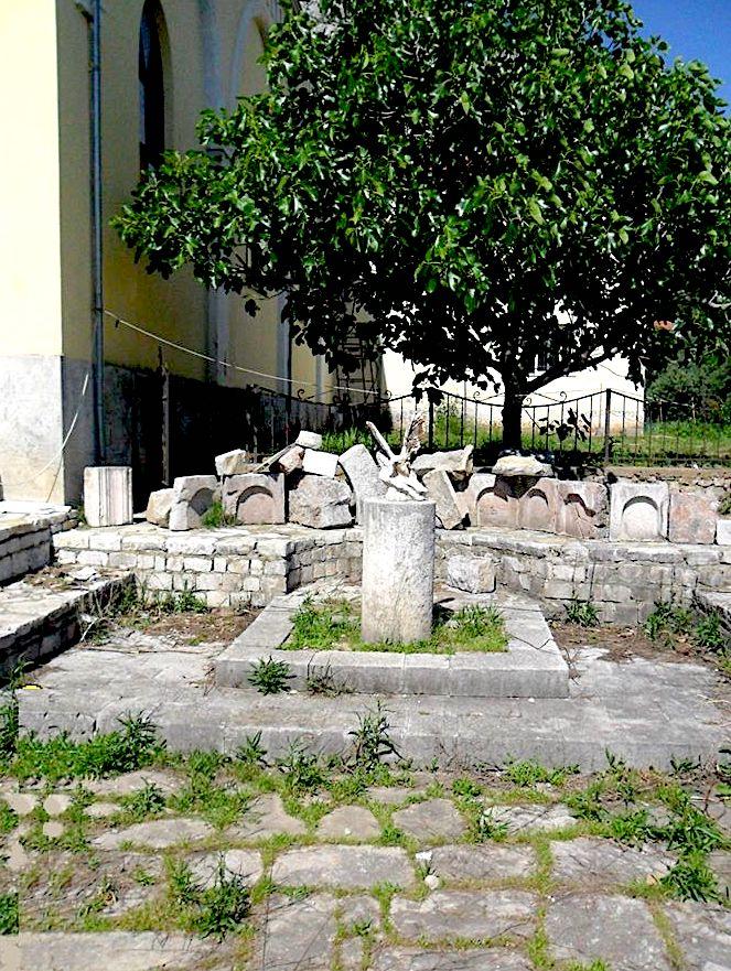 Varri i Lekë Zaharisë në themelet e kishës së Vut të Dejës. Brenda varrit kishte një krah pllumbi në terrakotë.