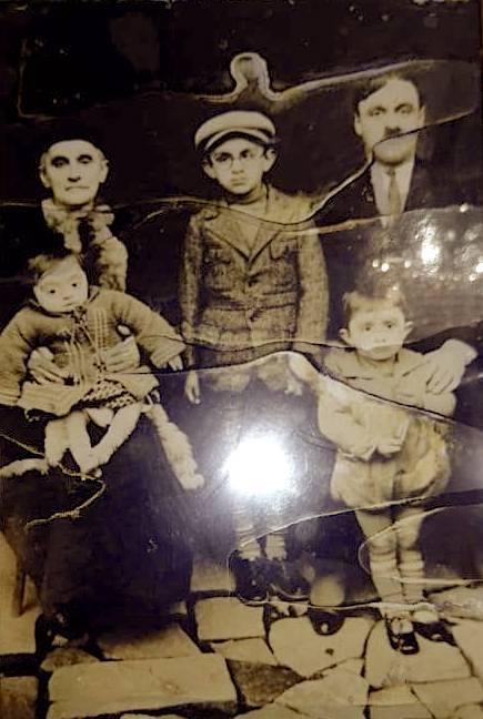 av. Xheneti me nënën e tij Shanisha Karagjozi dhe tre djemtë: Feimi, Nexhipi dhe Luani.