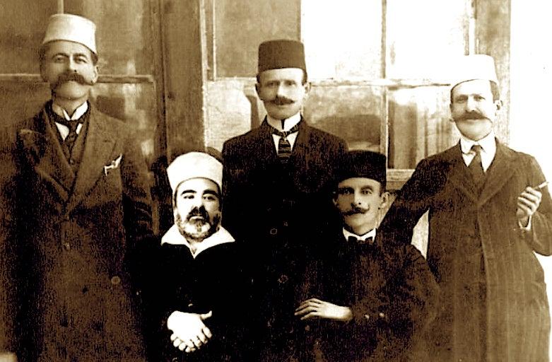 Hafiz Sherif Langu dhe Luigj Gurakuqi ulur në mes në këmbë Lef Nosi (arkivi i familjes Langu)