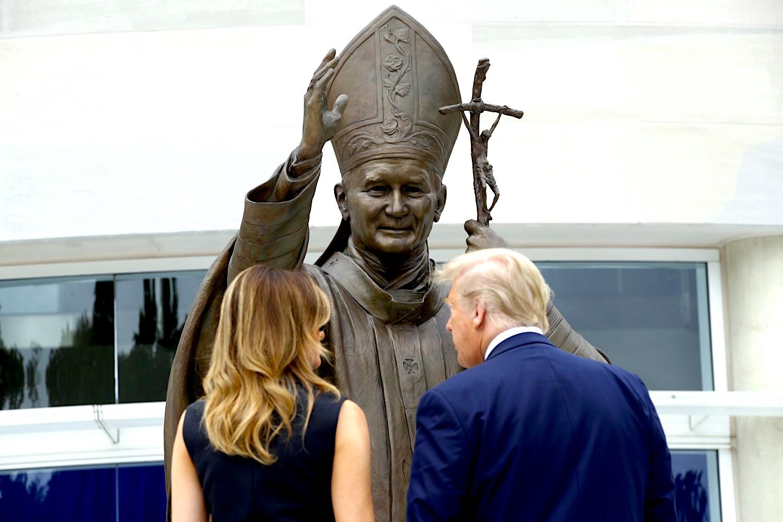 Donald & Melania Trump te Statuja e Gjon Palit të Dytë