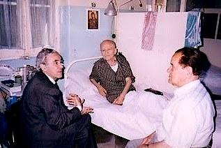 Ambasadori i Shqipërisë Faruk Borova dhe Qerim Haxhiu (djathtas)  në dhomën e tim gjyshi (shtrirë në shtrat) në azilin grekoamerikan të Kairos