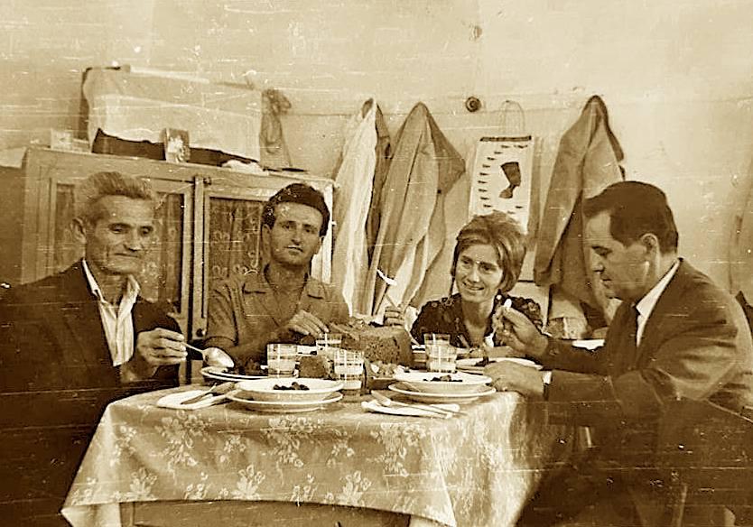Fatbardha dhe Gjyzel Hasani, duke drekuar në shtëpinë e Haxhiajve në Lushnje me Qerimin dhe vëllanë e tij...