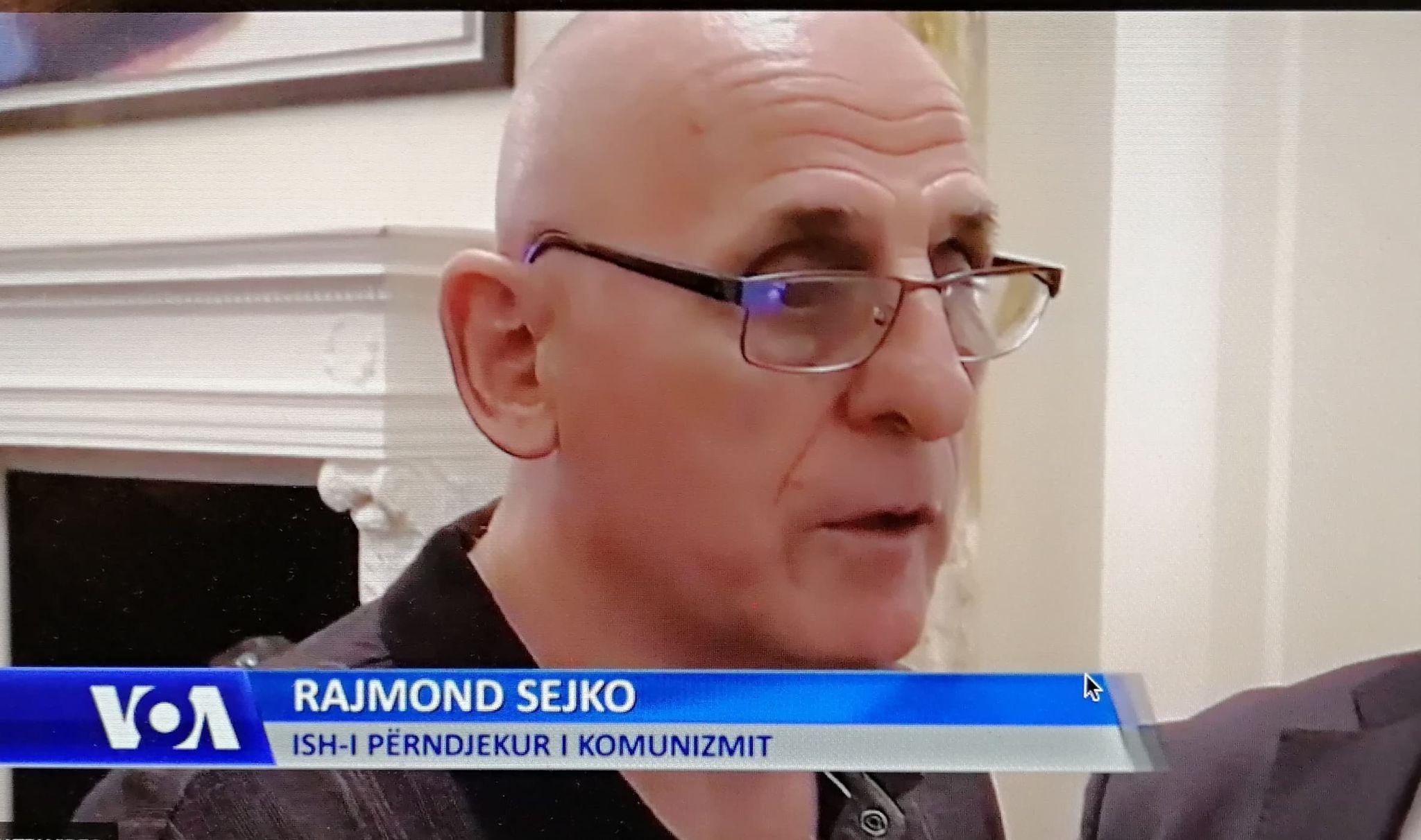 """Rajmond Sejko duke folur për """"Zërin e Amerikës"""""""