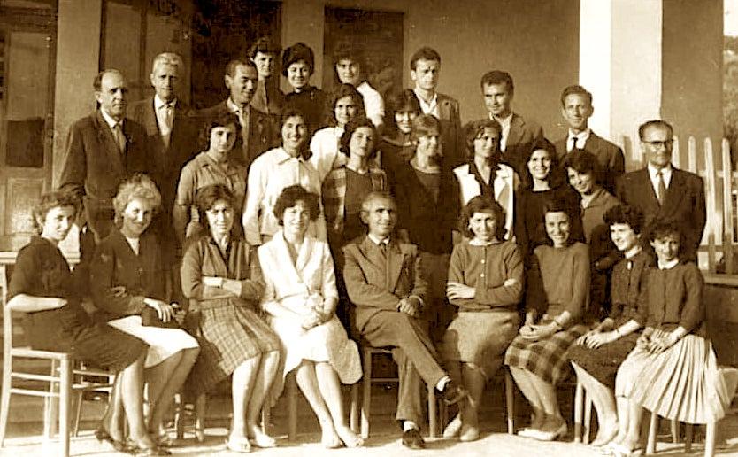 """Kolektivi pedagogjik i shkollës """"Teli Ndini"""" - Viti i parë i çeljes 1963-64."""