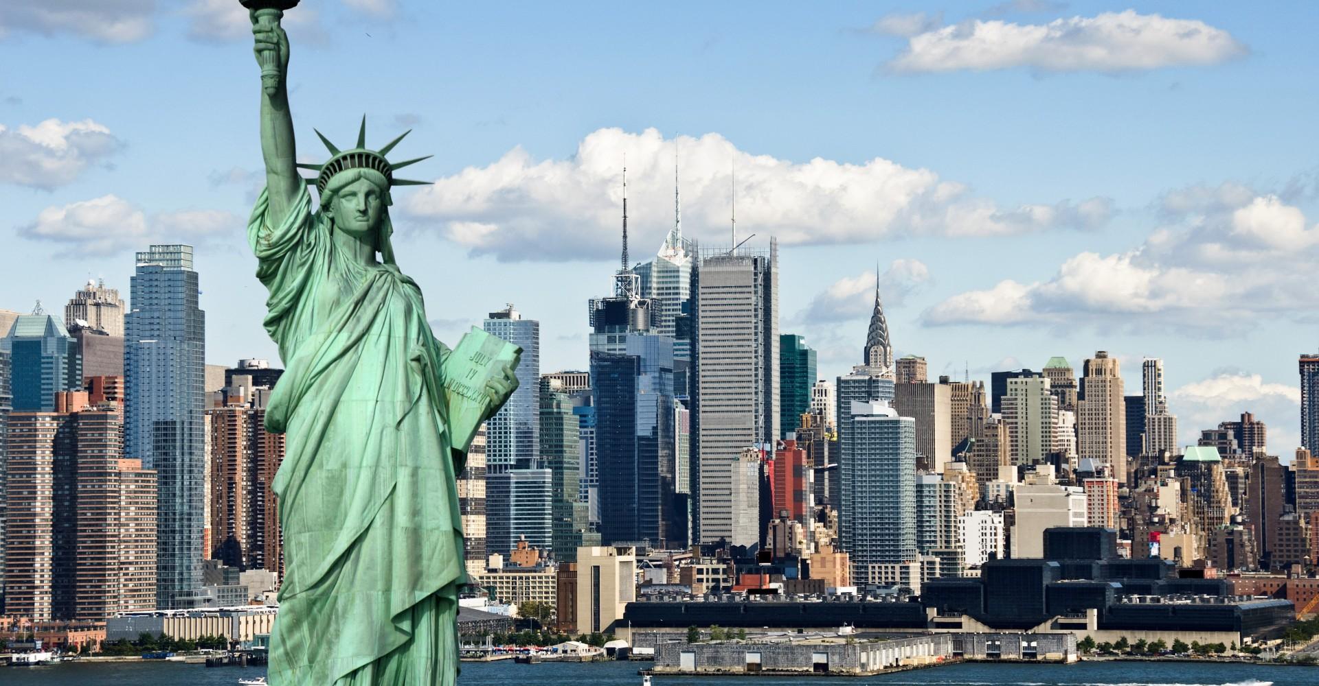 Pamje e Statujës se Lirisë në sfond New Yorku