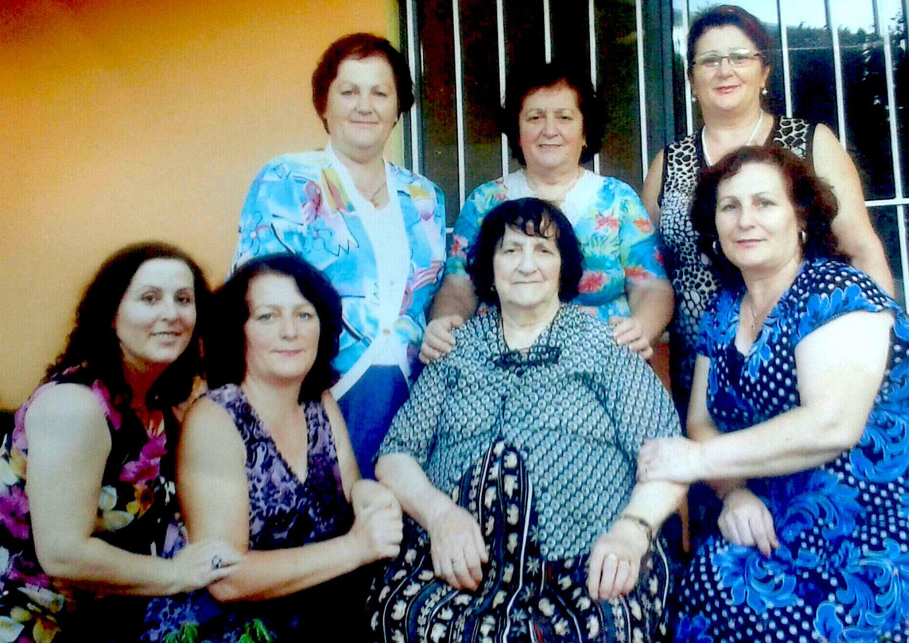 Kada dhe 6 vajzat e saj: nga e majta Roza, Luçia, Vera, Celestina, Donika, Magdalena