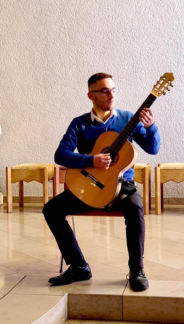 Fatbardh Prengjoni - duke luajtur në kitarë