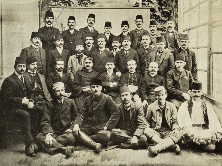 """Kongresi i Manastirit Rreshti1: Sami Pojani (delegat i Korçës), Zenel Çaço Glina (i Leskovikut), Leonidha Naçi (i Vlorës), Simon Shuteriqi (i Elbasanit), Dhimitër Buda (i Elbasanit), Azis Starova (i Starovës), Adham Shkaba (i Sofjes), Mati Logoreci (i Shoqërisë """"Agimi"""" Shkodër). Rreshti II: Rrok Berisha Gjakova (i Shkupit), Bajo Topulli (i Gjirokastrës), Grigor Cilka (i Korçës), Sotir Peci (i Amerikës dhe i Bukureshtit), Shefqet Frashëri (i Korçës), Luigj Gurakuqi (i Shkodrës), Shahin Kolonja (i Kolonjës), Ahil Eftim Korça (i Konstancës), Hil Mosi (i Shkodrës). Rreshti III : Nyzhet Vrioni (i Beratit), Dhimitër Mole (i Filibesë-Bullgari), Gjergj Qiriazi (i Manastirit), At Gjergj Fishta (i Shoqërisë """"Bashkimi"""") Shkodër, Mid'hat Frashëri (i Klubit të Selenikut dhe Janinës), Dom Nikollë Kaçori (i Durrësit), Dom Ndre Mjeda (i shoqërisë """"Agimi"""") Shkodër, Fehim Zavalani (i Manastirit). Rreshti IV: Refik Toptani (i Tiranës) , Çerçiz Topulli, Mihal Grameno (i Korçës), anash dy patriotë jo delegatë."""