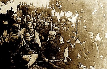 Çetat e lirisë të mbledhura në Byshek, nё shtator të vitit 1912 (Fotografi e Foti Papajanit e ruajtur në koleksionin e Lef Nosit)