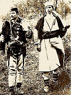 Foti Papajani, me veshje karakteristike të Shpatit dhe kapedani Man Bala (Osman Bala nga Vali i Martaneshit), në nëntor 1912 në Byshek.  Fotografi e koleksionit të Lef Nosit.