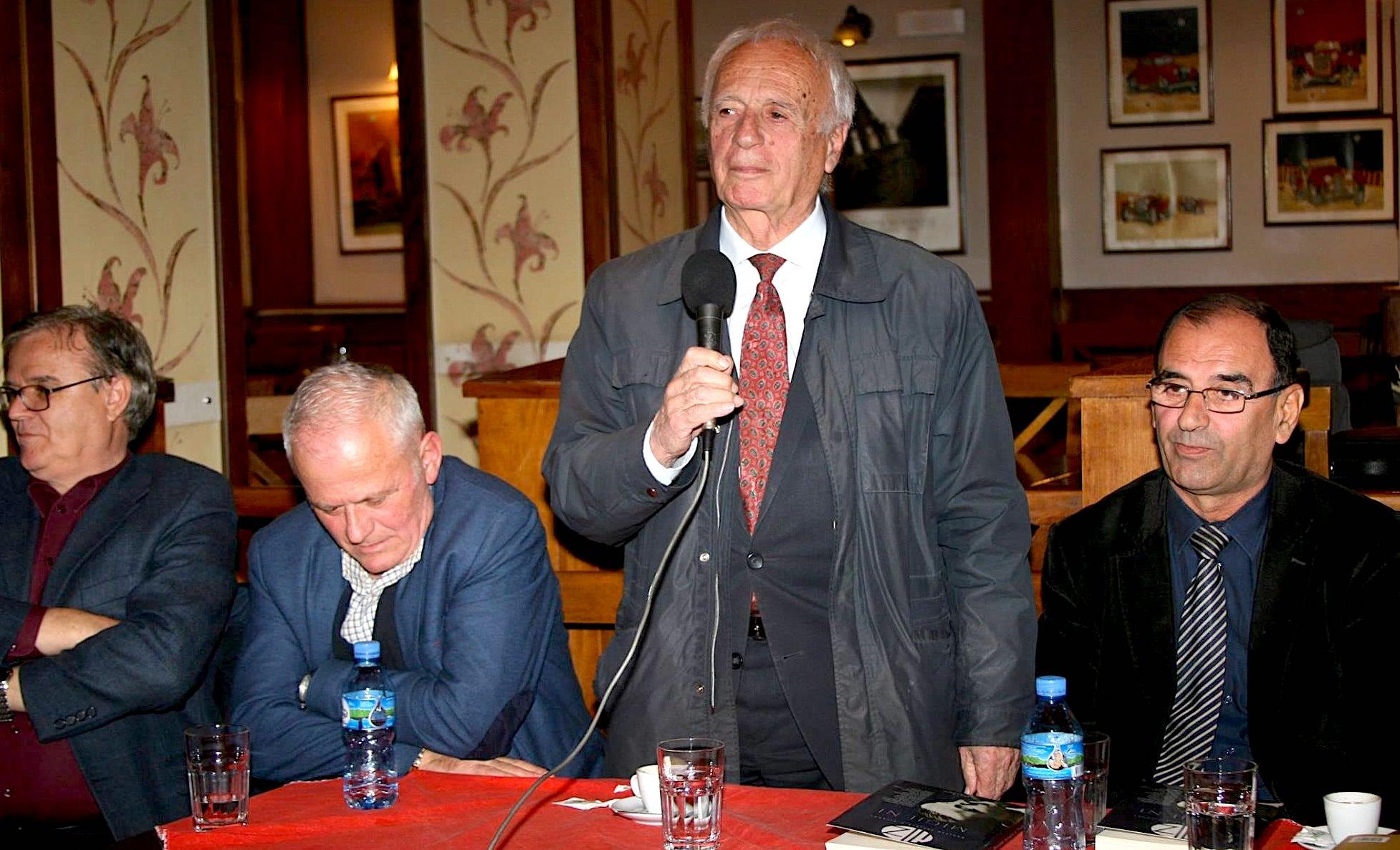 Shkrimtari Agim Gjakova midis Rexhep Shahut, Behar Gjokës dhe Izet Durakut