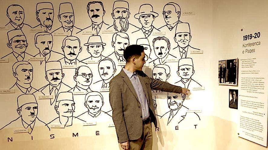 Kevin Haxhiu ne shtepine muze te Kongresit duke treguar figuren e Bajram Haxhiut