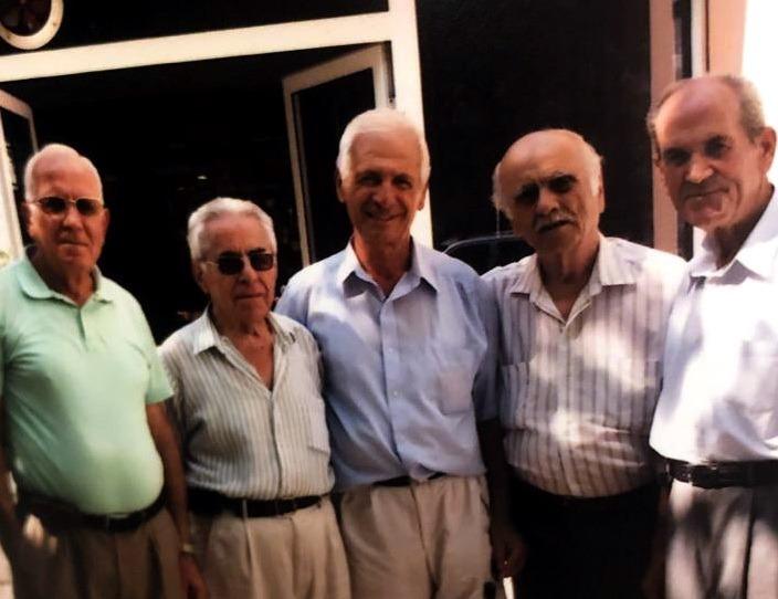 Fatmiri me nje pjese te miqve ne Lushnje. Nasho Pupi, Vasil Marini, Gim Bedeni dhe Trifon Tashi