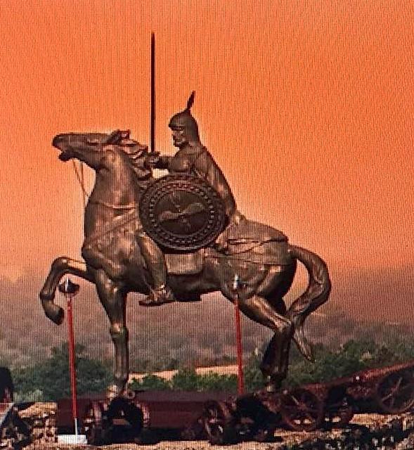 Monumenti i Gjergj Kastrioti Skënderbeu në fortesën Lombarde, në keshtjellën Kastel-leone në Deruta.
