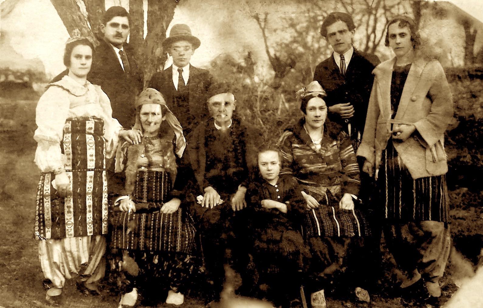 Familja Vushmaqi, Pejë 1925, Frano e Pjetër, me gratë e prindët
