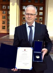 """Gëzim Alpion - i Nderuar me Medaljen """"Nënë Tereza"""""""