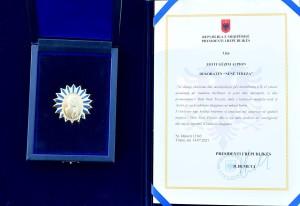 """Medaljen """"Nënë Tereza"""" - per Prof. Alipon"""