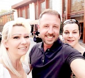 Ervina Toptani me miqtë e saj