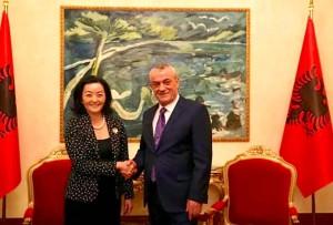 Ambasadorja Amerikane Kim me Ish ministrin e Diktaturës Ruçi - ne pozitën e Kryetarit të Parlamentin