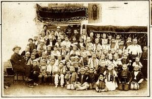 Fëmijë të shkollës serbe të sapohapur në fshatin Mamushë