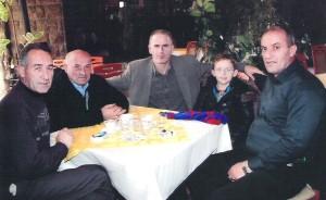 Afrim Hysenaj, me një pjesë të familjarëve të Deliajve!